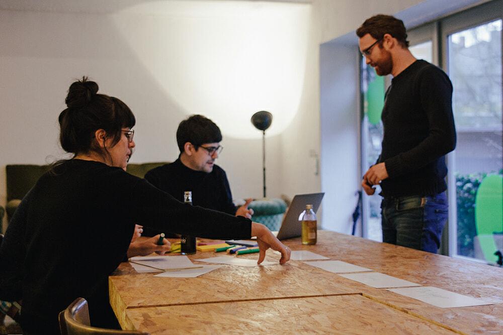Teamarbeit am Tisch